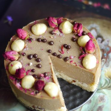 Carob Mesquite Macadamia Cheesecake (Raw & Free From: gluten & grains, dairy, eggs, refined sugar, and cashews)